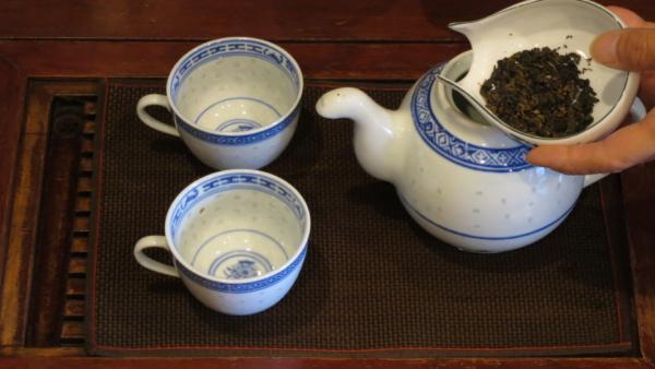 茶壷に茶葉を