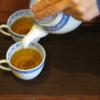中国茶・台湾茶を急須から湯呑に移す