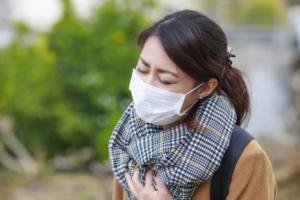 花粉症に悩む女性