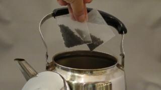 プーアル茶をヤカンで淹れる
