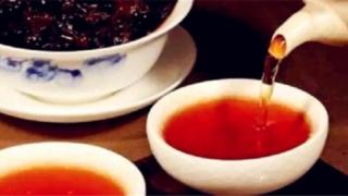 プーアル茶を湯呑に注ぐ