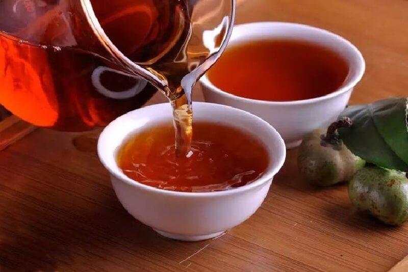 中国茶を茶海から茶杯に淹れる