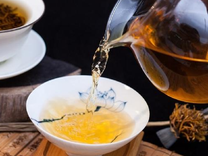 中国茶を茶海から茶杯に注ぐ