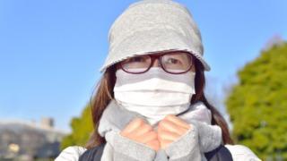 花粉対策する女性