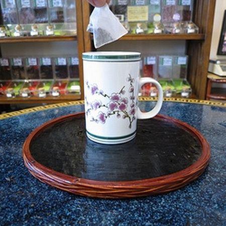 黒烏龍茶をマグカップで淹れる