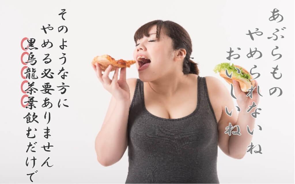 体格の良い女性が食べ物を両手に持って食べる