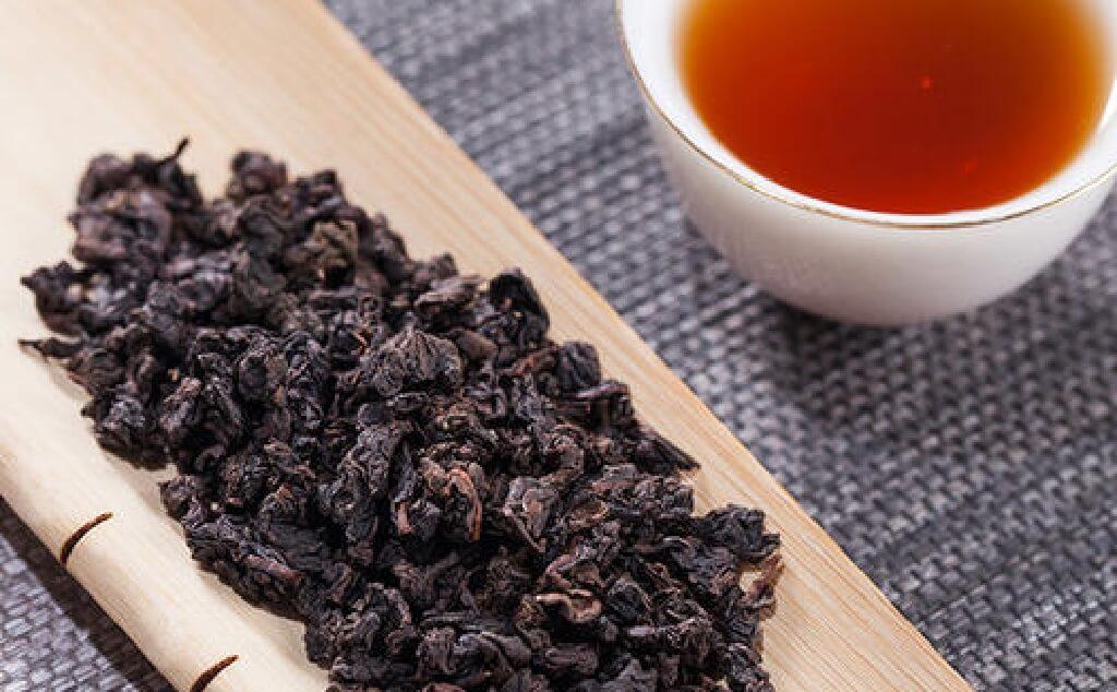 烏龍茶の茶湯と茶葉