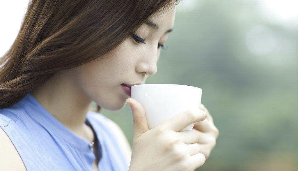 プーアル茶を飲む女性