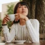 プーアル茶を飲みながら微笑む女性