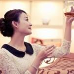 プーアル茶を見つめる女性