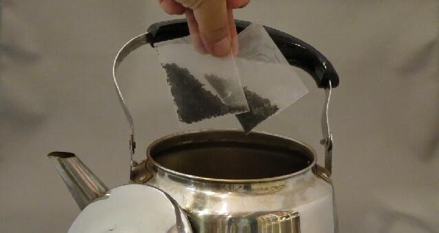 プーアル茶をやかんで淹れる
