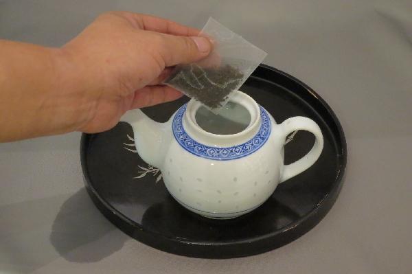 急須にプーアル茶のティバッグを入れる