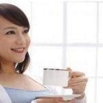 お茶を飲む妊婦