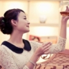 プーアル茶を眺める女性