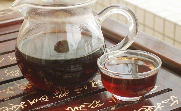 プーアル茶をガラスの器で