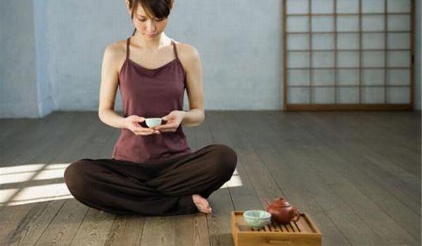 ヨガをする女性がお茶を飲む