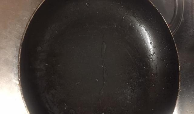 油の付いたフライパン