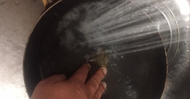 油で汚れたフライパンを使い終わったプーアル茶のティバッグでこすります