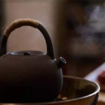 ヤカンでお茶を煮出すイメージ