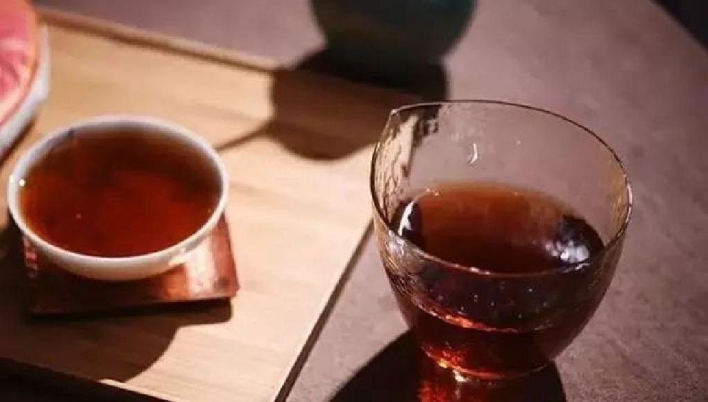 プーアル茶を飲むイメージ