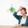 具合が悪く 頭に手を当てる中年女性