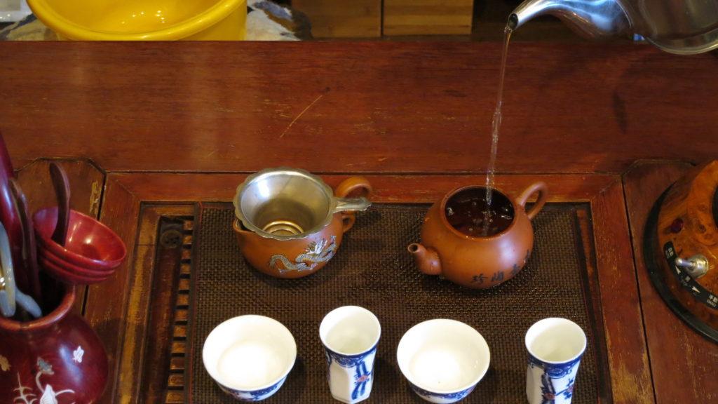 中国工夫茶器で淹れる 高いところからお湯をそそぐ