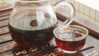 茶盤の上に載った茶海と茶杯