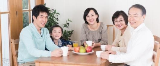 家族三世代の集合写真