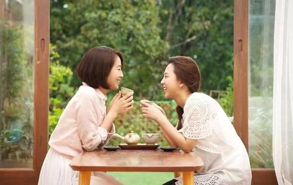 お茶の飲みながら語らう女性二人