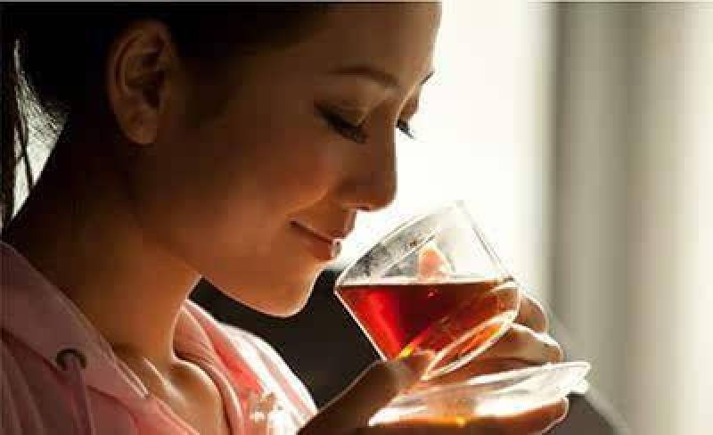 お茶の香りをかぐ女性