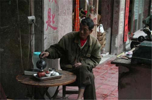 蓋路地でお茶を飲む
