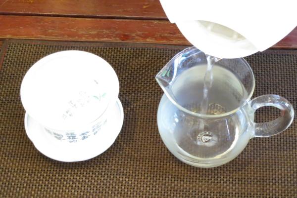 茶海にお湯を注ぐ