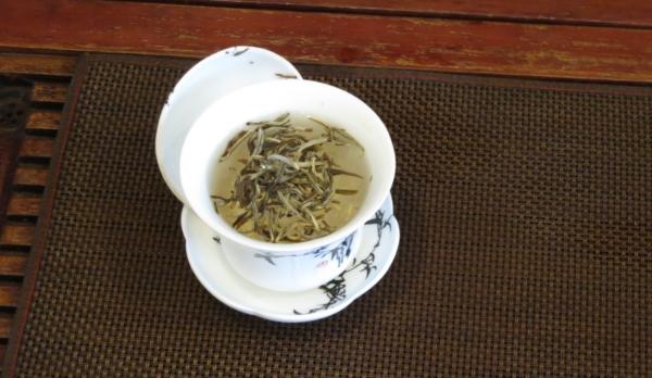白茶を入れた蓋椀