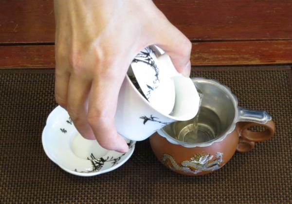 蓋椀から茶海へ茶湯を注ぐ