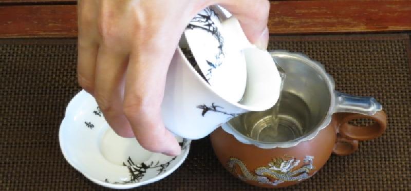 蓋椀で白茶を淹れる