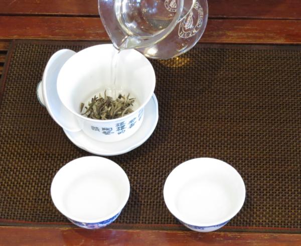 茶海で冷ましたお湯を白茶を入れた蓋椀に注ぐ