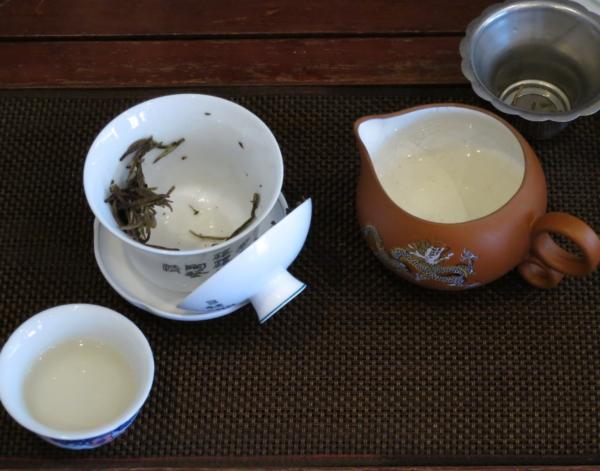 蓋椀で白茶を注ぎきった後
