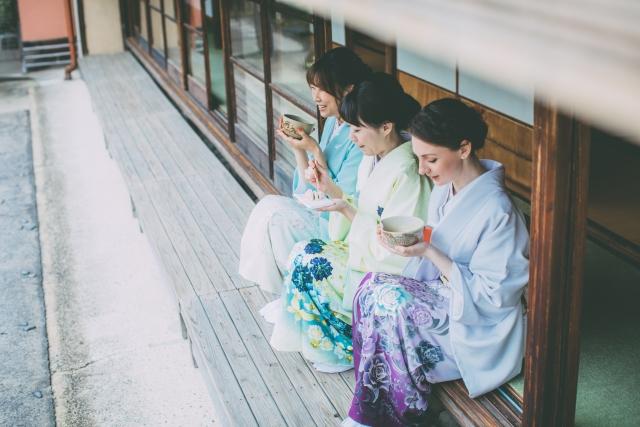 お茶を縁側で飲む女性