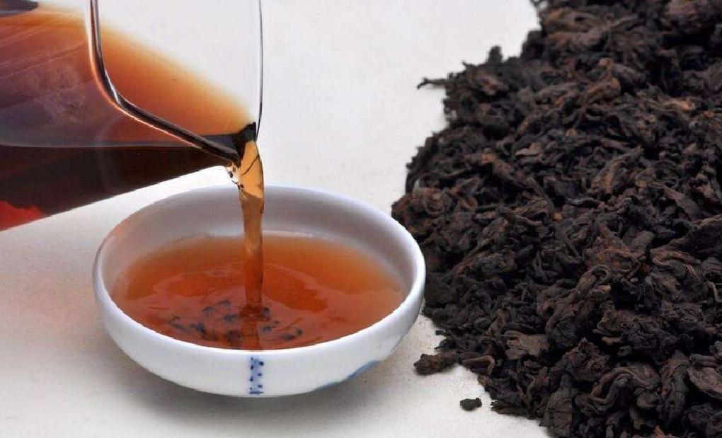 黒茶を茶海で茶杯に注ぐ