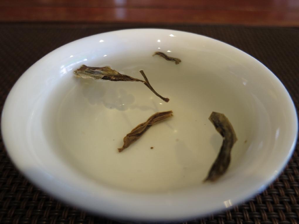 茶杯で直接中国緑茶をテストする