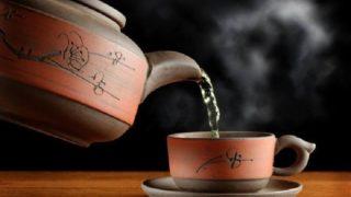 急須で中国茶を湯呑に煎れる
