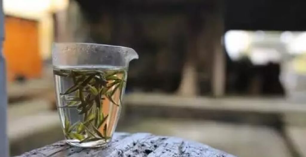 白茶をガラスのコップで優雅に飲む