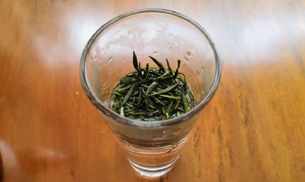 耐熱ガラスのコップに茶葉を入れる