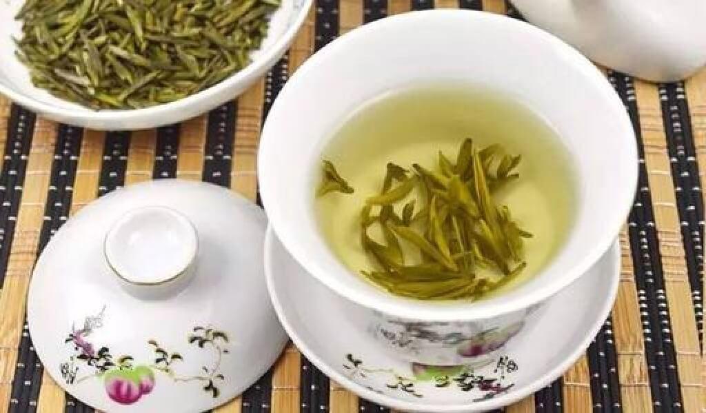 黄茶のイメージ写真 茶葉と蓋椀で入れた黄色い茶湯