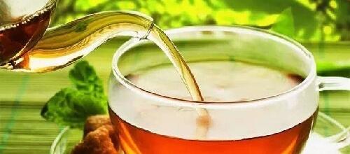 急須からお茶を湯呑に注ぐ