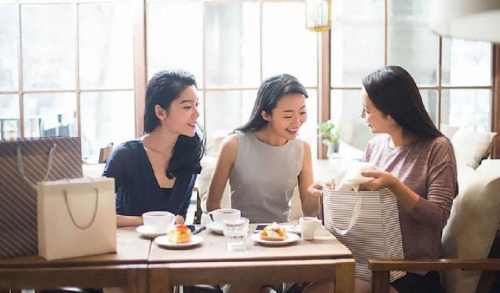 女性たちが喫茶店でお茶を飲んでいるイメージ