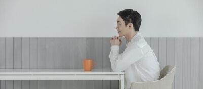 お茶を前に考える男性