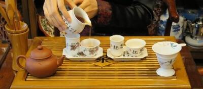 中国茶を茶芸で淹れる女性