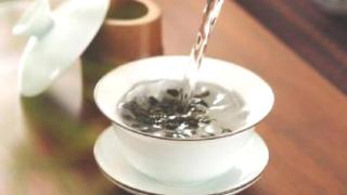 蓋椀にお湯を注ぐ