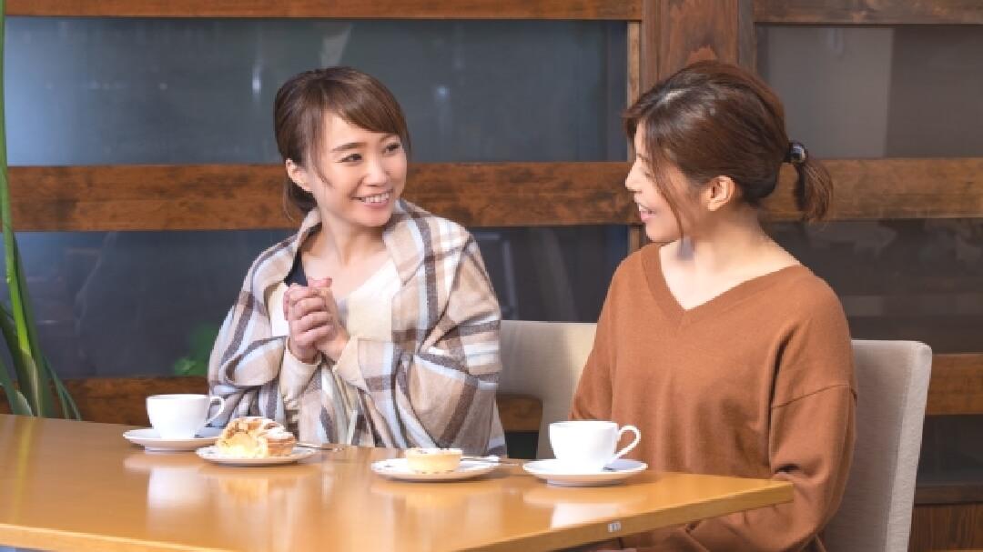 カフェでお茶を飲む女性友達